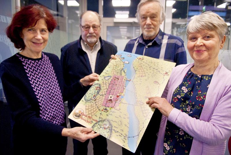 Kaija Jestoi, Hemming Renlund, Terho Tattari ja Elisa Maunumäki esittelevät lautapeliä, jonka pohjana on vanha Kokkola-kartta.