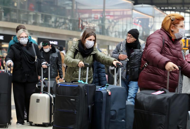 Matkustajat pukeutuivat hengityssuojiin Milanon rautatieasemalla. Koronavirus levisi äkisti Pohjois-Italiassa viikonloppuna. Perjantaina tartuntoja oli havaittu kolme, tiistai-iltana jo yli 280.