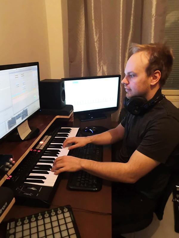 Esa Jääskelä tekee instrumentaali hip hopia taiteilijanimellä Surku, joka viittaa osin hänen säveltämänsä musiikin melankolisuuteen.