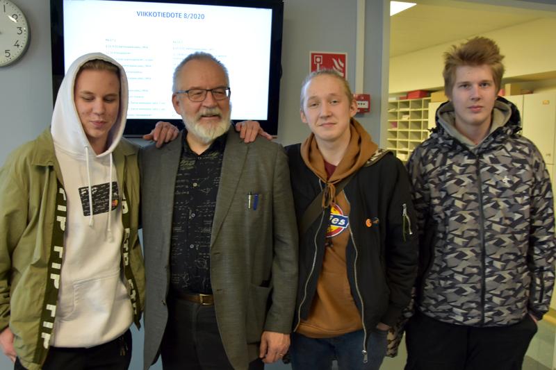 Entiset oppilaat moikkaamassa. Kristian Isohanni, Veeti Tiainen ja Joona Keski-Rekilä tulivat tervehtimään eläkkeelle siirtyvää Markku Pulkkista.