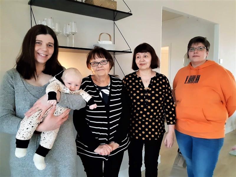 Jonna-äidin sylissä olevaa Lempolan perheen pienokaista onnittelemassa kävivät Anna Tammelin MLL Ylivieskan paikallisyhdistyksestä sekä isoäidin neliöitä peittoon virkanneet Aili Jylkkä ja Airi Krapu Tuokiotuvalta.