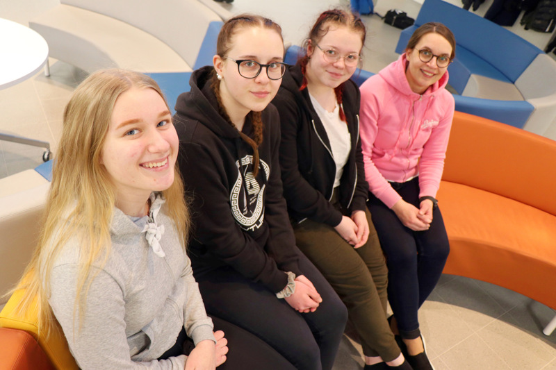 Perholaiset yhdeksäsluokkalaiset Silvia Flink, Aada Peltokangas ja Miia Aho ovat täyttäneet jo hakupaperinsa opinto-ohjaaja Marika Riihimäen opastuksella.