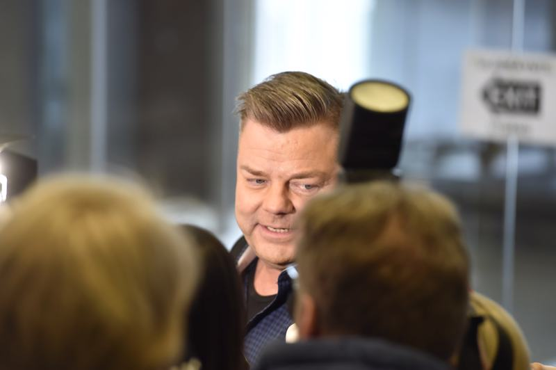Lapsen seksuaalisesta hyväksikäytöstä syytetty laulaja Jari Sillanpää saapui Helsingin oikeustalolle vähän ennen puoli kymmentä. Artisti kommentoi tilannetta ja tunnelmiaan medialle ennen istunnon alkua.