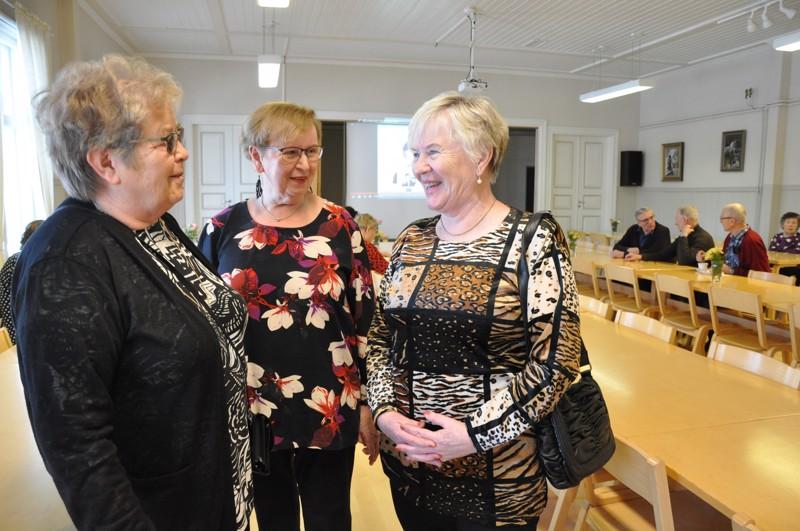 Eläkeliiton Kokkolan yhdistys on kasvanut viime vuonna ennätyksellisesti. Irma Huhta-aho (oik.) on ihan tuore jäsen. Marjatta Tjäru (vas.) ja Riitta Anttila iloitsevat vireän toiminnan tuloksesta.