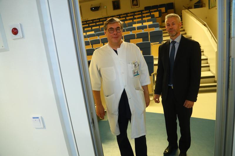 Koronavirustartunnan saanut nainen on hyväkuntoinen ja hän saa yleishoitoa, kertoi Hus:n infektiosairauksien linjanjohtaja Asko Järvinen (vas.). Keskiviikon tiedotustilaisuudessa oli mukana myös THL:n ylilääkäri Taneli Puumalainen.
