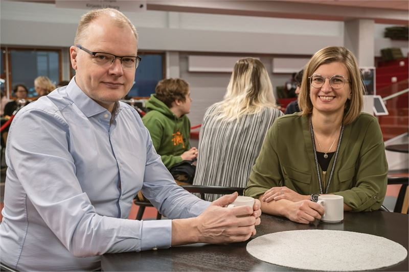 Kuvassa Merius Oy:n toimitusjohtaja Hannu Sarja sekä Centrian opetusjohtaja Jennie Elfving.