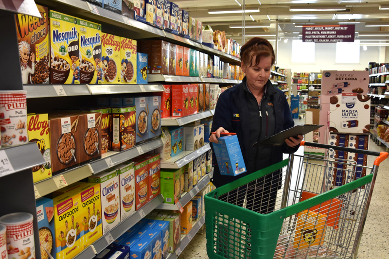 Ostokset kotiin listan mukaan. Kannuksen K-marketin kauppias Mariitta Kangas jatkaa kauppakassitoimintaa edelleen. Myös verkkokaupan noutopiste löytyy kaupasta.