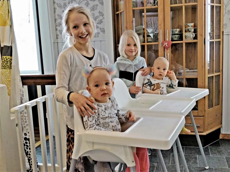 Elle ja Iisa, Adina ja Oula valmistautumassa lounashetkeen.