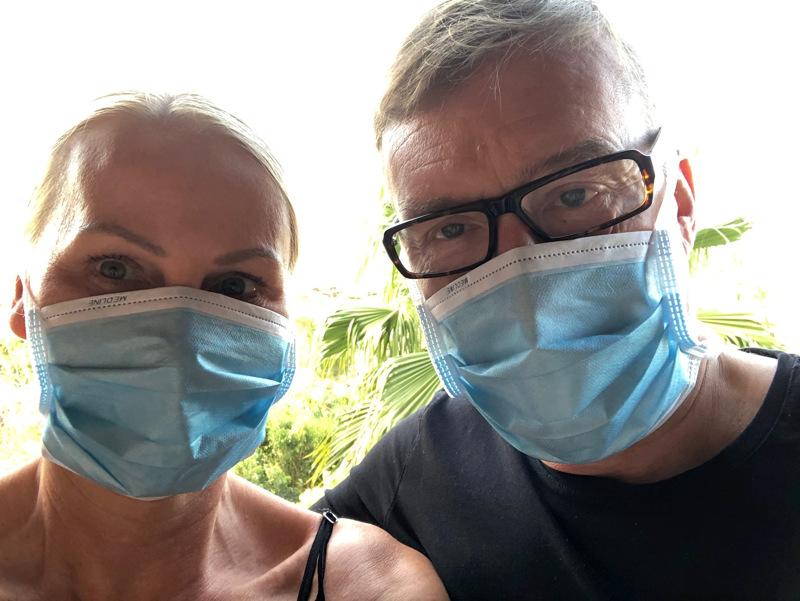Lena Smeds-Furu ja Peter Furu ovat olleet eristyksissä Teneriffalla Adeje Palace -hotellissa tiistaista lähtien, kun hotellissa majoittuneella italialaisella turistilla havaittiin koronavirustartunta.