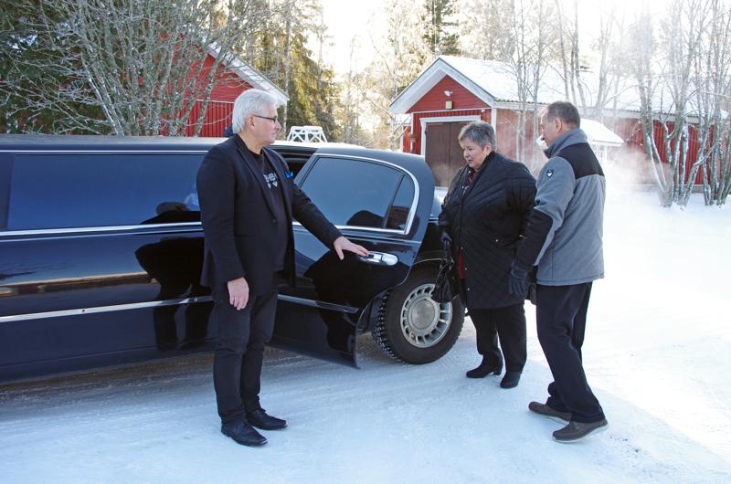 Mirja ja Reijo Jaakola haettiin läksiäisiin limusiinilla, kuljettajana Tapio Mäkinen...