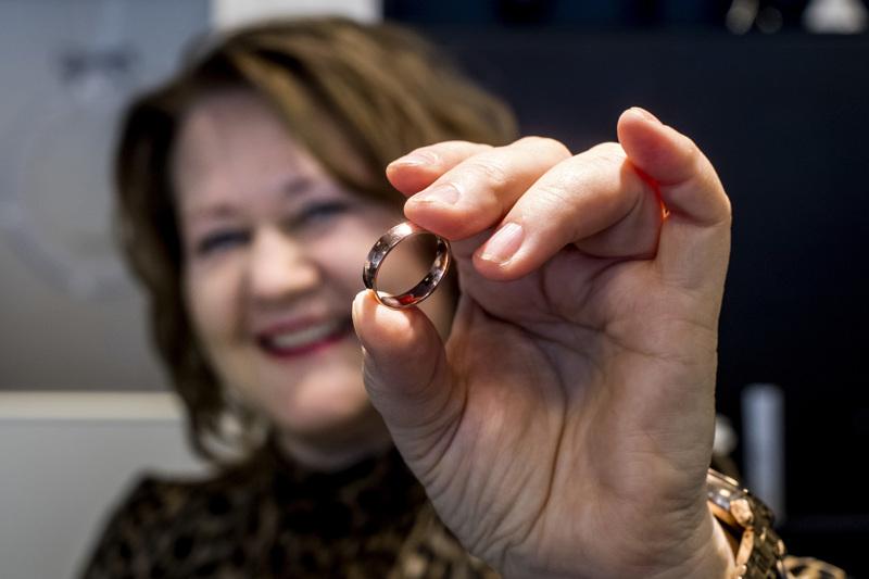 Valkokulta on ollut pitkään suosittu sormusmateriaali, mutta Hanna Niemen mukaan nyt ovat nousussa myös kelta- ja punakulta.