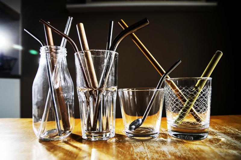 Ekologisiin tuotteisiin erikoistuneista suomalaiskaupoista saa muun muassa bambusta, lasista ja ruostumattomasta teräksestä valmistettuja pillejä. Niitä myydään joko kappaleittain tai kuuden pillin pakkauksissa. Kappalehinta on 2–4,50 euroa ja pakkausten hinta 13,95–16,90 euroa.