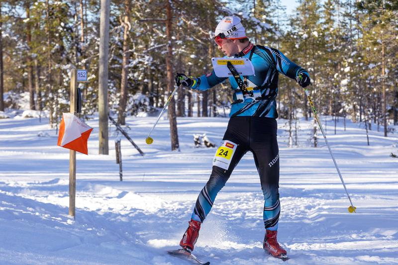 Ville-Petteri Saarela otti ylivoimaisen voiton hiihtosuunnistuksen SM-kisojen keskimatkalla Haapaveden Korkatissa, Aakonvuorella.