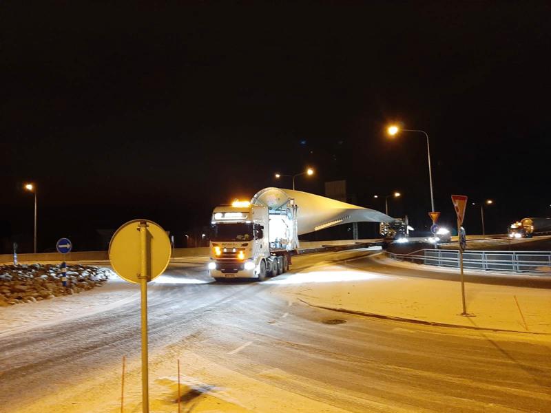 Tuulimyllynsiivet matkasivat kahtena helmikuisena yönä Vaasasta Pyhäjoelle Kokkolan keskustan läpi.