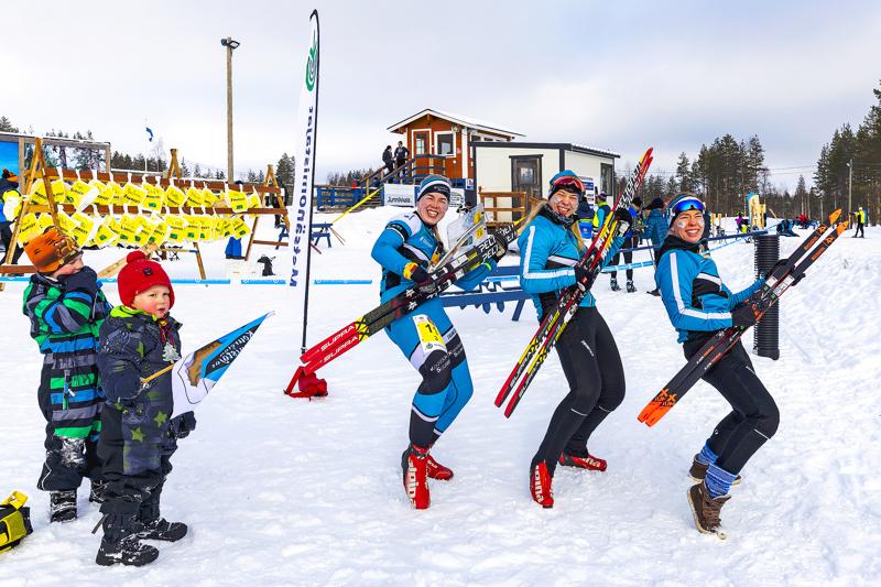 Kouvolan Suunnistajien Sari Vääränen, Mirka Suutari ja Tuuli Suutari ottavat ilon irti, kun on sen aika.