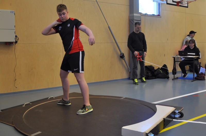 Vetelin Urheilijoiden Viljami Pöyhönen valmistautuu työntöönsä. Ennätys 12,72 syntyi ensimmäisellä työntökierroksella.