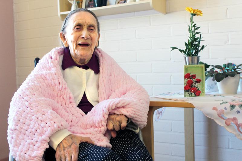 Pirteä ja peruspositiivinen Terttu Tuliniemi juhlii 100 vuoden ikää huhtikuussa. Lahjatoiveita hänellä ei ole, mutta ystävältä lahjaksi saatu sormivirkattu hartialiina lämmittää mieltä. Tuliniemi on itsekin tehnyt elämänsä aikana monenlaisia käsitöitä.