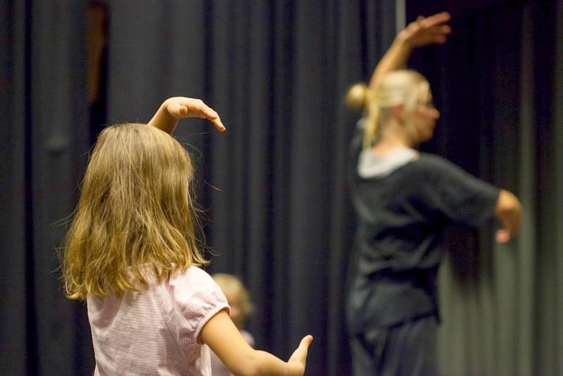 Kuvassa on Wava-opiston tanssijoita. Alueellinen tanssikattaus on nähtävillä lauantaina Pietarsaaressa.
