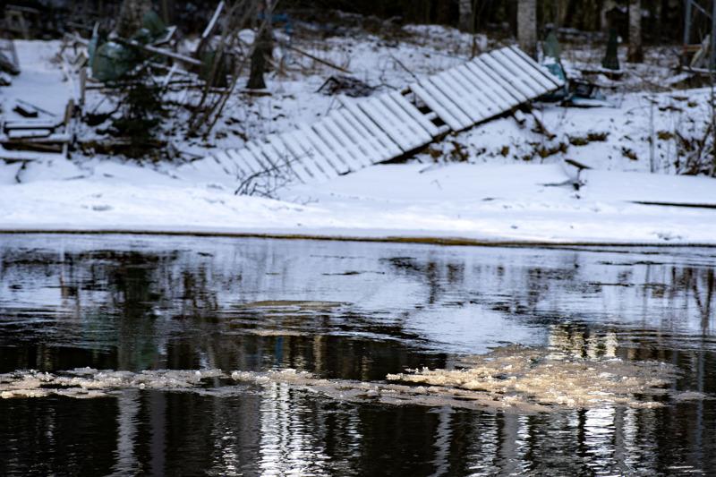 Perhonjoen virtaama oli helmikuussa keskimäärin kolminkertainen keskimääräiseen helmikuuhun verrattuna. Nyt virtaamat ovat laskussa. Kuva on Kokkolasta läheltä Storån siltaa.