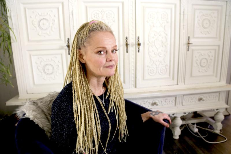 Leila Aho palaa hiustyylissään aina lopulta huolettomiin letteihin. Niiden tekemisen, kuten myös talon remontoinnin, hän on opetellut ihan itse.