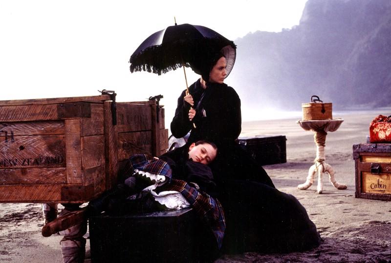 Viimeisellä rannalla. Oscar-voittajat Holly Hunter ja Anna Paquin äitinä ja tyttärenä uusiseelantilaiselokuvassa Piano.