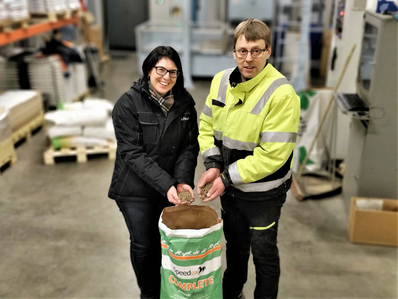 Ihan heti ei kolppilaisen rehunvalmistajan mittarit mene punaiselle.  Pietarsaarelaisperheen omistuksessa oleva pedersöreläisyritys pystyy maksimissaan tuottamaan erilaisia rehuseoksia kaksisataaviisikymmentä tonnia päivässä. Kuvassa toimitusjohtaja Johanna Sundqvist ja tuotantopäällikkö Henrik Östman.