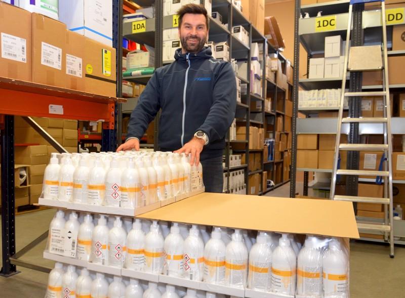 Finntensid Oy:n Yliveskan varastosta löytyy käsidesiä tuhansia litroja, myyntijohtaja Joni Kangaskorte on ottanut yhden lavalla esille.  Varastosta ja myymälästä löytyy runsain määrin myös saipuaa, jota on niin ammattilaisille kuin kuluttaja-asiakkaille.