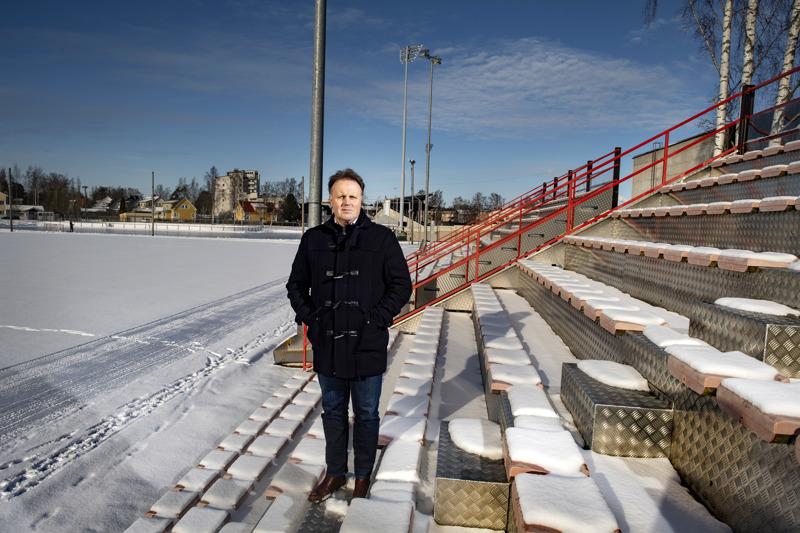 Liga Jaron toimitusjohtaja Fredrik Haga Länsikentän tekonurmen katsomossa Pietarsaaressa. Jaro suunnittelee 3000 katsojan jalkapallostadionia tälle paikalle.