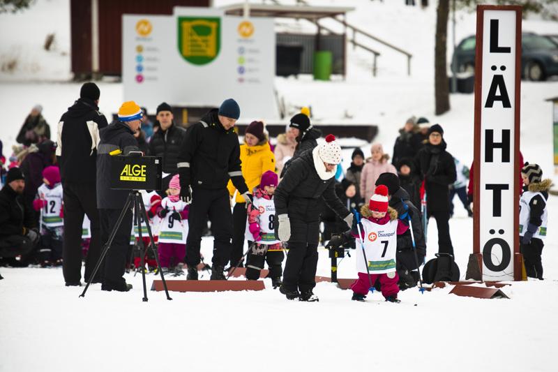 Nuorimpien hiihtäjien sarja oli tarkoitettu vuonna 2016 ja sitä myöhemmin syntyneille. Ensimmäisenä ladulle lähti Joanna Jyrkkä.