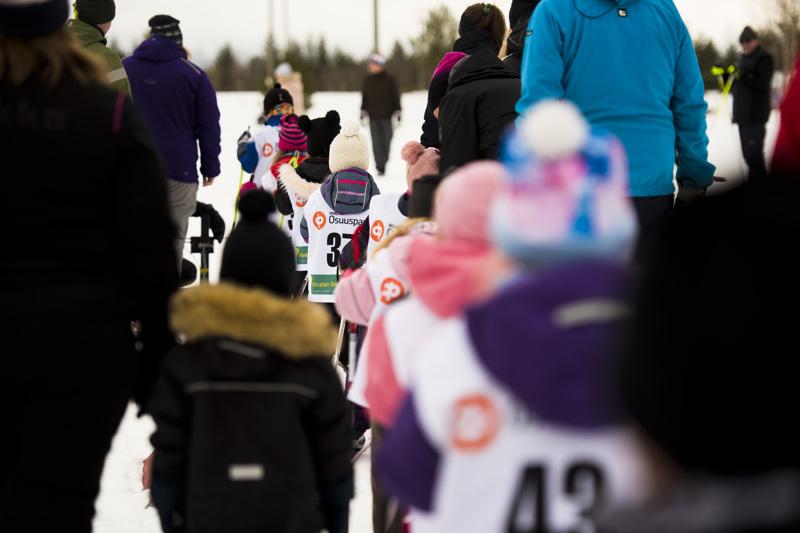 Hiihtäjät lähtivät ladulle puolen minuutin välein. Suosituimmissa sarjoissa hiihtäjiä oli pitkästi toistakymmentä.