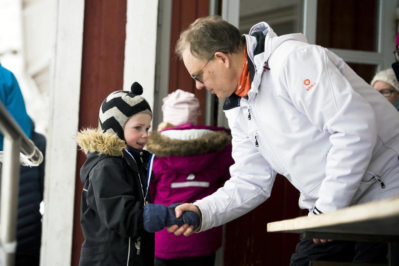 Kaikki osallistujat saivat mitalin ja onnentoivotuksen Markku J. Niskalalta. Onnitteluvuorossa Kasper Jyrkkä.