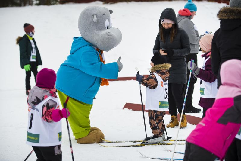 Luka Linna sai ensimmäisen hiihtokisansa maalissa onnentoivotukset Hipolta...