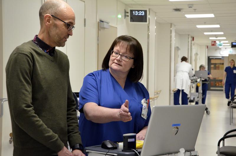 Kallion palvelupäällikkö Janne Nikula ja varahenkilöstöyksikön esimies, osastonhoitaja Hilkka Suni ovat tyytyväisiä, että avoimiin lähihoitajien ja sairaanhoitajien toimiin tuli paljon hakemuksia.
