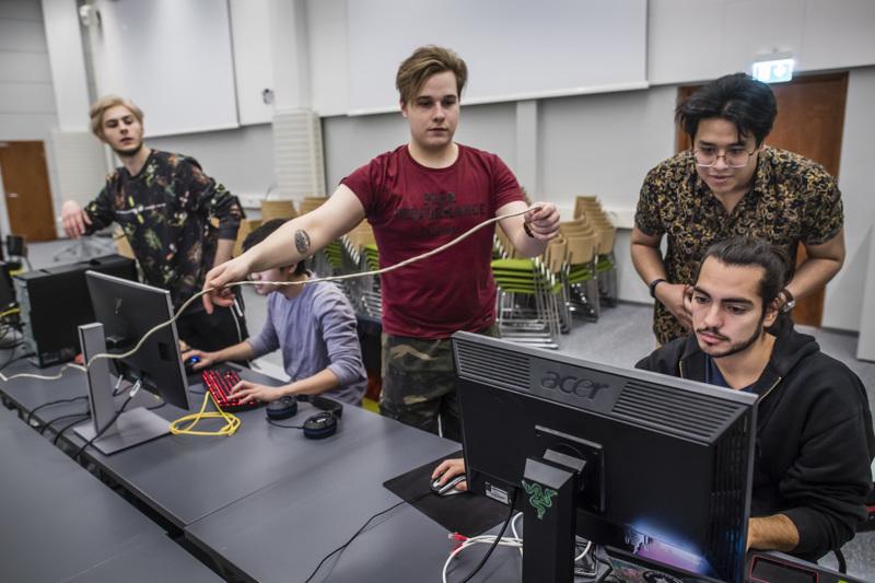 Centria-ammattikorkeakoulun opiskelijat venäläinen Ian Bagteev, vietnamilainen Long Tran Hoang, suomalainen Jaakko Mansikka, malesialainen Amir Azwa ja chileläinen Thomas Chacon virittelivät tietokoneita laneja varten perjantai-iltana.