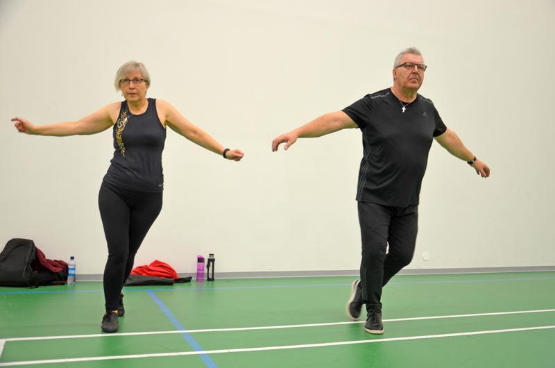 Eila ja Timo Qvist päättivät ryhtyä harrastamaan liikuntaa yhdessä nyt kun on hyvää aikaa panostaa terveyteen. Seniorilavis yllätti iloisesti. Siellä oppii kehon hallintaa ja se on myös hyvää aivojumppaa, lihashuoltoa unohtamatta.