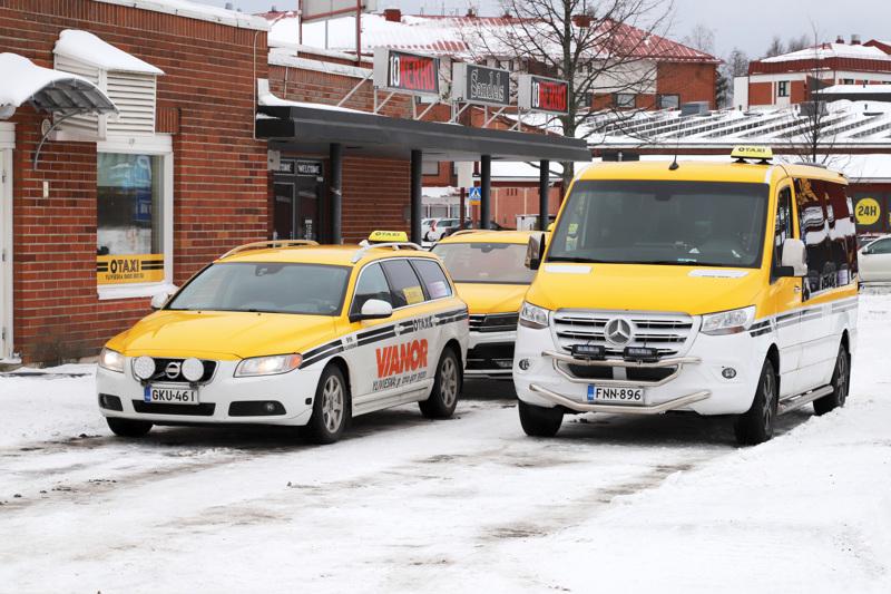 Ammattiautoilijoille tiestön huono kunto näkyy kaluston kulumisena, vaurioina ja matkustajalle tarjottavan palvelun laatuna. Kuoppaiset tiet ovat osa meidän työympäristöämme, jossa teemme päivittäin töitä, sanoo Ylivieskan taksin hallituksen puheenjohtaja Juha Viitanen.