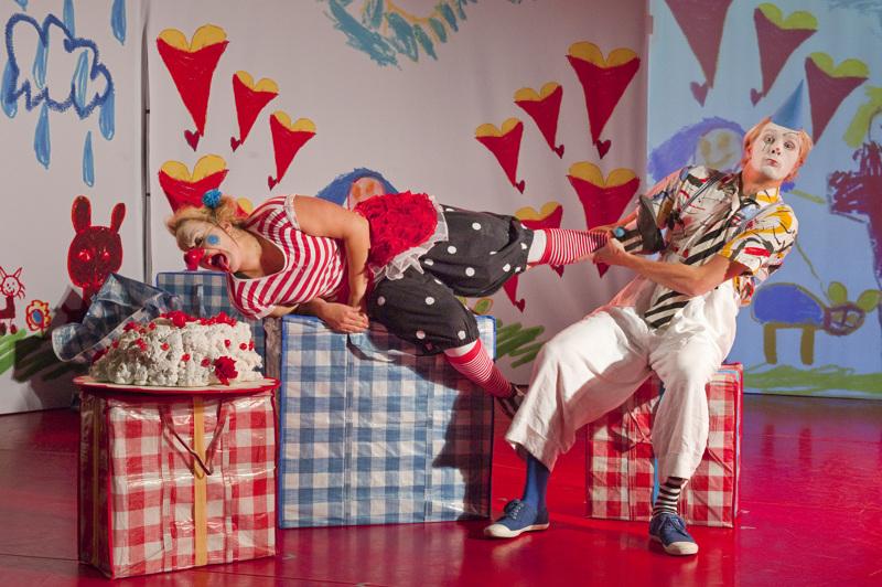 Pim ja Pom kutsuvat kaikki mukaan synttärijuhliinsa, joissa on takuulla hauskaa, vaikka juhlat eivät sujukaan aivan suunnitelmien mukaan