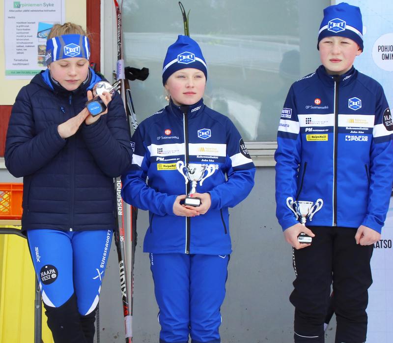 Vilja Pekkala, Martta Pekkala ja Aappo Anttila hiihtivät Maakuntaviestin yhteydessä kisatun Minisompaviestin toiseksi. Kuva Kaija Partanen.