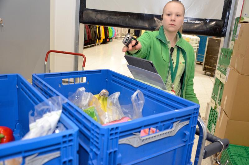 Ylivieskan Prisman ruoan verkkokaupan myyjä Aino Rönkä on kerännyt ostokset kahdelle asiakkaalle.  Tuotteiden tehokasta keräystä ohjaa ipad.