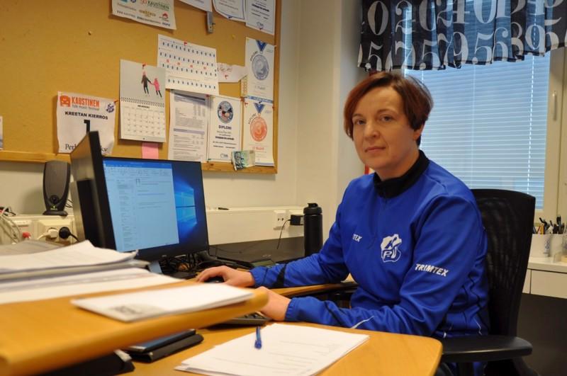 Seuran toimistolla työskentelevä Tanja Kaustinen kertoo, että seuran yhteiset talkoot yhdistävät seuraväkeä ja pitävät talouden tasapainossa.