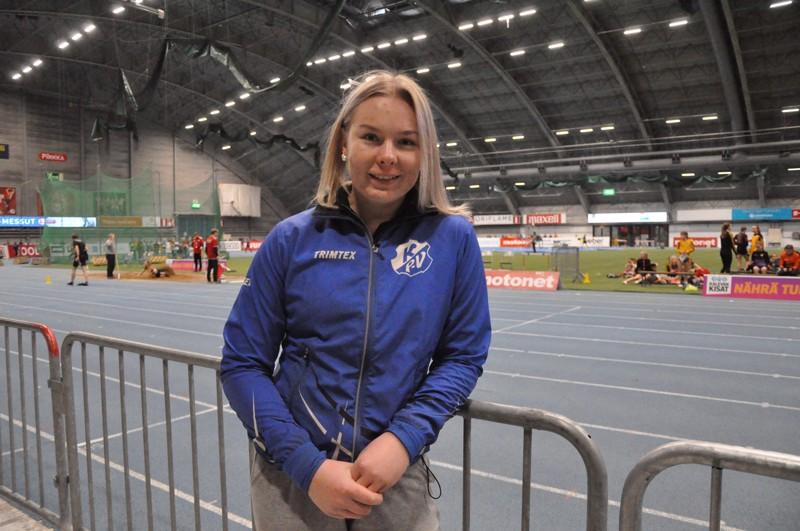 Salla Koskimäki iloitsi kuulantyönnön ennätyksestään Tampereen Pirkka-hallissa.