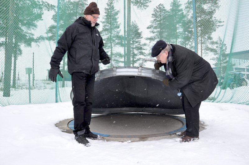 Nikulan raviradan vieressä moukarinheittopaikkoja on kaksi. Arkistokuvassa vuodelta 2018 lämmitettävää rinkiä esittelevät KP-V:n yleisurheilumiehet Pekka Nikula (vas.) ja Pekka Kivelä.