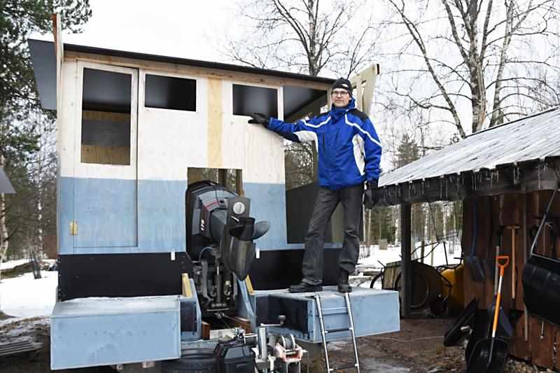 50 vuotta täyttävä Leevi Ritala viettää vapaa-aikaansa erilaisten rakennusprojektien parissa. Nyt rakenteilla on lauttasauna. –Ensimmäinen lauttasauna oli liian pieni, joten rupesin tekemään isompaa. Vanhasta saunasta tulee kärrysauna, Leevi suunnittelee.