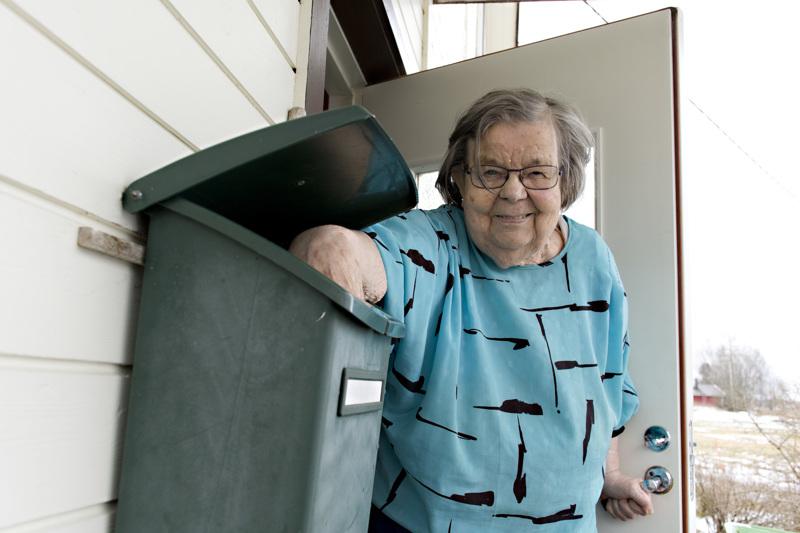 Helmi kokee elämänsä helpoksi, kun postikin tuodaan oven pieleen.