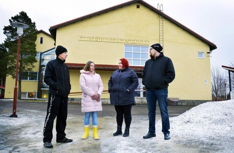 Jani Hintsala, Marjo Nurmenniemi, Tanja Isola ja Petteri Tiitto toivovat edelleen puhtaita väistötiloja Ståhlbergin koulua käyville lapsilleen.