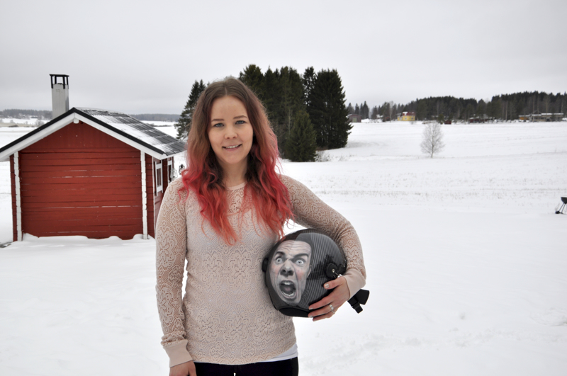"""Jenna Nuorala maalasi lentokypärään lentäjän """"viimeisen ilmeen""""."""