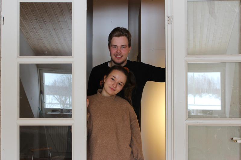 Kreeta Kärkkäinen ja Aulis Jantunen remontoivat itselleen kotia Kuusaalla. Kodin lisäksi kaksikko hoitaa pian kokonaista tilaa.