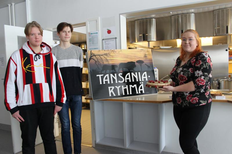 Miika Riekki (vas.), Veeti Sorvala ja Saara Alajoutsijärvi olivat mukana järjestämässä kakkubuffettia. Tansanian matkaa nuoret odottavat jo innolla.