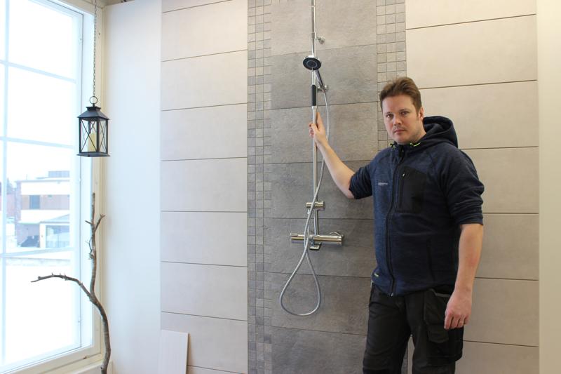 -Paljaan laattaseinän sijaan kylpyhuoneeseen halutaan nyt yksityiskohtia. Yleensä tehostetta tuovat mosaiikkilaatat asetetaan suihkun taakse, kertoo Rakennustarvike Vilppolan ja Värisilmä Haapajärven Jarkko Laitila.