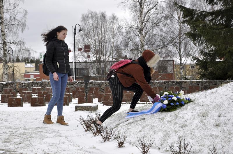 Rauhan kunniaksi. Talvisodan päättymisen 80-vuotispäivän muistohetken kukkatervehdyksen laskivat Juhani Vuorisen koulun oppilaat Lyydia Kukkola ja Venla Koivuniemi veteraani- ja invalidiyhdistysten kukkien jälkeen.